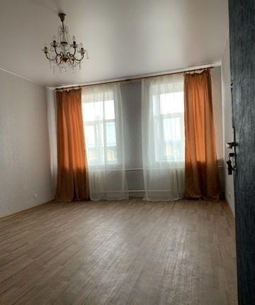 Комната практически без мебели.